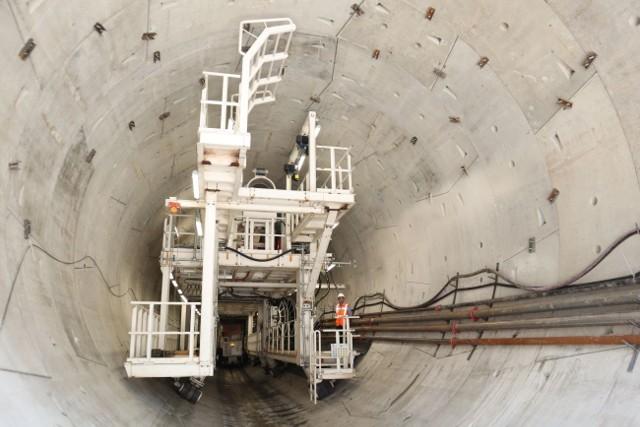 Maszyna drążąca jednotorowy tunel kolejowy pomiędzy ulicami Długosza i Kasprzaka za kilka dni zostanie wyłączona.