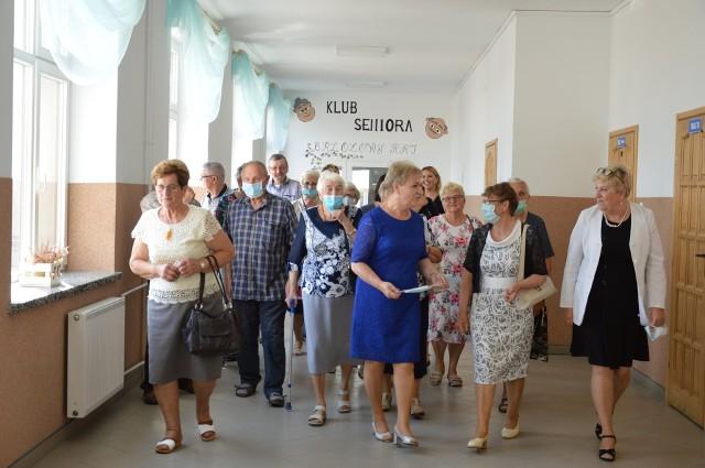 Seniorzy podczas inauguracji Klubu Seniora w Brzoziu