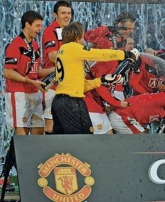 Tomasz Kuszczak (na pierwszym planie) świętuje z kolegami z Manchesteru United zdobycie Pucharu Ligi Angielskiej Fot. PAP/EPA/Gerry Penny