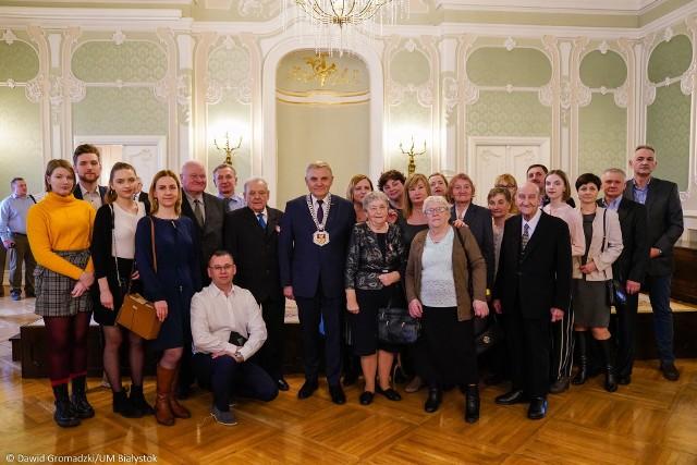 W niedzielę 23.02.2020 roku w Pałacu Branickich odbyła się uroczystość wręczenia medali za długoletnie pożycie małżeńskie. Pięćdziesiątą rocznicę ślubu, czyli złote gody, uczciło 77 par, a wraz z nimi ich rodziny i zaproszeni goście. Zobacz drugą część galerii zdjęć.