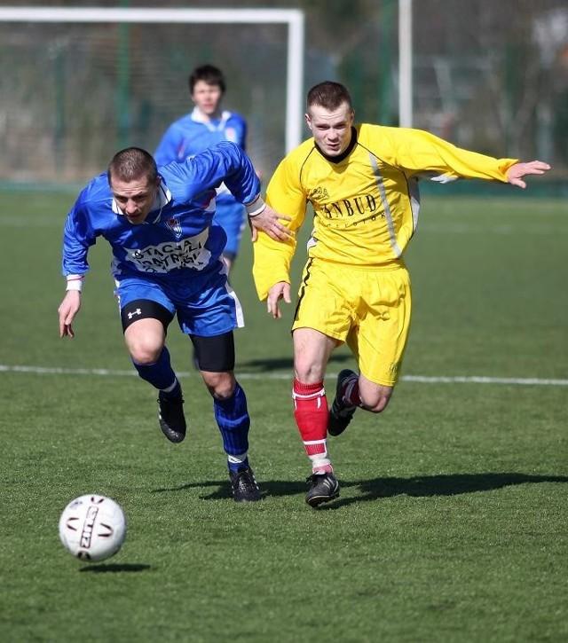 Piłkarze Włókniarza Białystok (żółte stroje) wyeliminowali Spartę Augustów