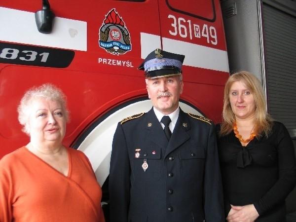 Ta trójka pomogła założyć 75 klubów honorowych dawców krwi. Nz. od lewej K. Lachowicz, Z. Wójcik, E. Załęska.