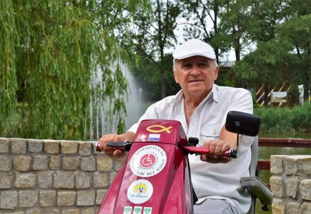 """Wiesław Szczepański od 35 lat choruje na Stwardnienie Rozsiane. Jest szefem stowarzyszenia """"Inowrocław bez barier"""". Od lat walczy z kłodami, jakie urzędnicy rzucają niepełnosprawnym pod koła ich wózków inwalidzkich."""