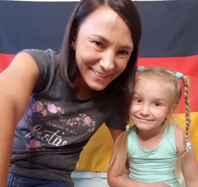 Katarzyna Mazur - lektorka z Krosna Odrzańskiego i właścicielka Szkoły Języków Obcych UMLAUT oraz jej córka - pięcioletnia Lili, która mówi... w trzech językach!