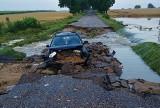 Kalinówka Kościelna. Droga od strony Moniek została uszkodzona po burzy przez rzekę. Samochód wpadł do rowu (zdjęcia)