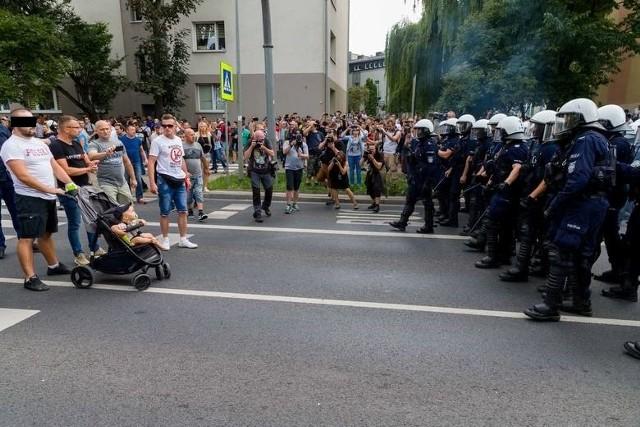 """To zdjęcie z marszu równości w Białymstoku obiegło polskie i światowe media. Internauci tworzyli prześmiewcze artykuły i memy z hasłami o """"tacie z bąbelkiem na sobotnim spacerze"""" oraz dziecku jako żywej tarczy. Ale śledczym nie było do śmiechu i próbowali ustalić tożsamość mężczyzny. Ten w końcu sam zgłosił się na komendę."""