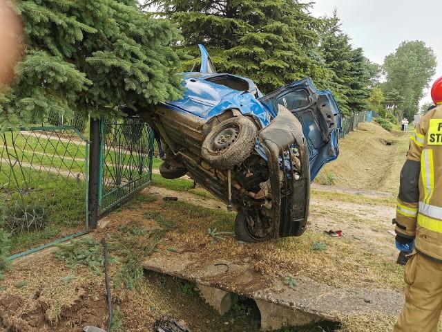 Wypadek w Suchej. Fiat odbił się od betonowego mostku i zawisł na ogrodzeniu domu.