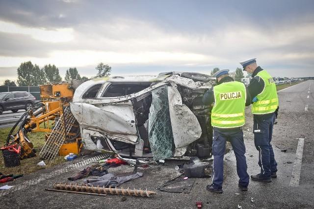 Mitsubishi, w którym wybuchła opona przekoziołkowało przez barierki ochronne autostrady A1 w pow. włocławskim i wylądowało na pasach przeciwnego ruchu jazdy