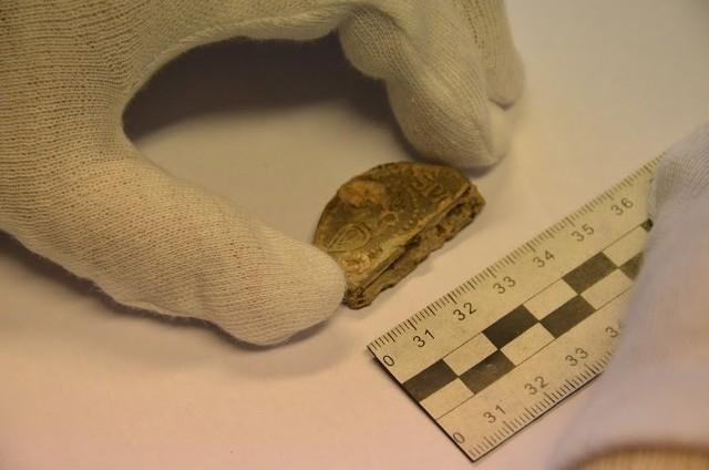 Policjanci odzyskali prawdopodobnie bezcenny zabytek archeologiczny – papieską bullę