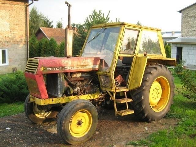 Traktorem marki Zetor pod prokuraturę podjechał mocno rozluźniony Mariusz K.