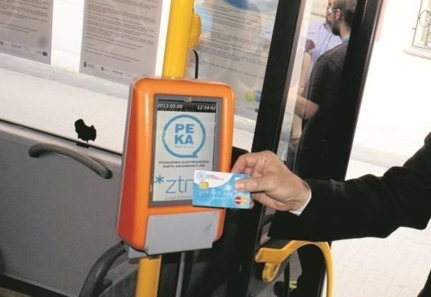 Karty PEKA można doładować przez internet. Trzeba je później jednak aktywować w punkcie ZTM. Od 1 lipca będzie można to zrobić w czytniku w autobusach i tramwajach