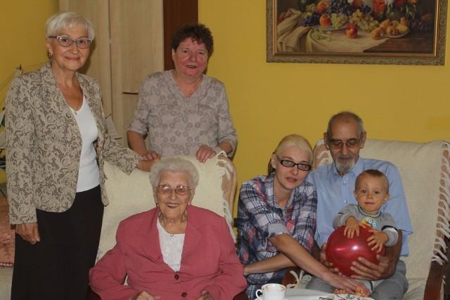 102-letnia inowrocławianka Władysława Szajbe w otoczeniu najbliższych