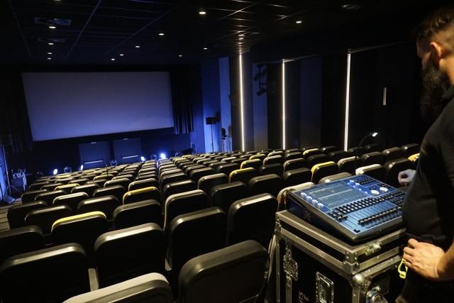 Chociaż w salach kinowych może być zajęta połowa miejsc, wiele z nich świeci pustkami, bo Polacy boją się chodzić do kina.