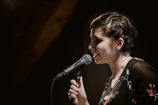 Adrianna Rychwalska mieszka w Bydgoszczy. Uwielbia śpiewać i nie wyobraża sobie życia bez muzyki. Co prawda, nie występuje na scenie zawodowo, ale koncerty dają jej wiele radości, a najbardziej ceni sobie w nich kontakt z publicznością.