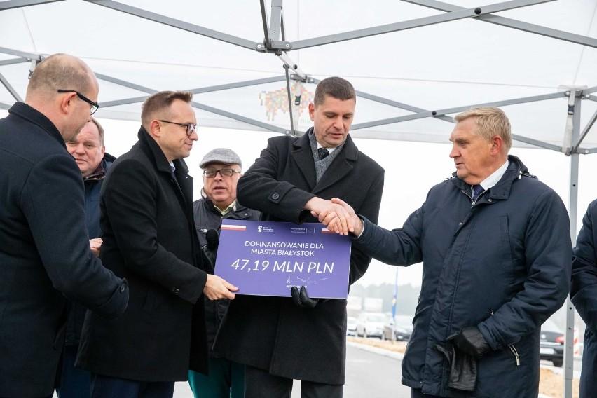 Wiceminister infrastruktury Artur Soboń (od lewej) wręczył...