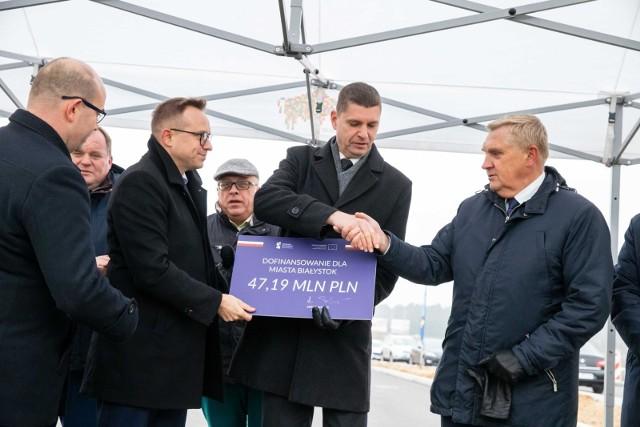 Wiceminister infrastruktury Artur Soboń (od lewej) wręczył czek z unijną dotacją Tadeuszowi Truskolaskiemu