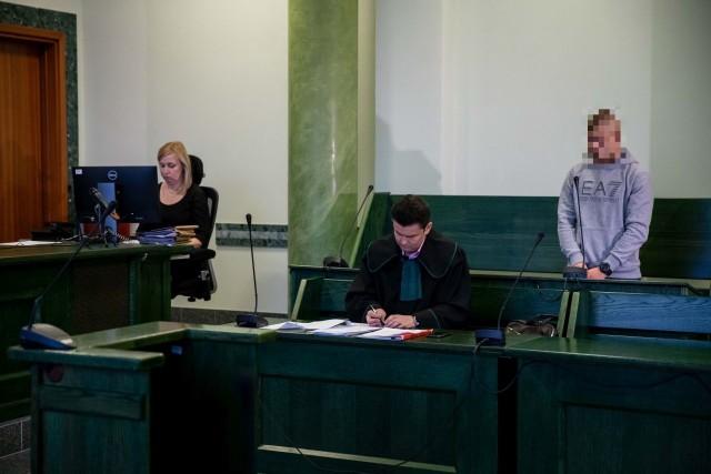 Radosław C. był tymczasowo aresztowany. Po kilku tygodniach wyszedł na wolność. W procesie przed Sądem Rejonowym w Białymstoku odpowiada z wolnej stopy. Przyznaje się do winy.