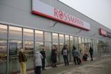 Rossmann zamyka sklepy i wyprzedaje kosmetyki? Sieć ostrzega: To oszustwo! Klienci mogą stracić pieniądze
