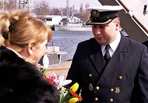 """Dowódca ORP """"Gardno"""" kmdr ppor. Aleksander Urbanowicz z matką chrzestną okrętu Krystyną Fabisz"""