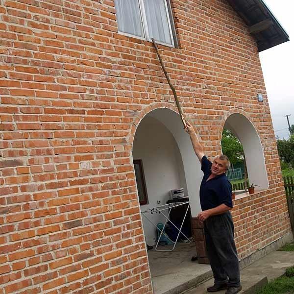 Jan Mazur dobrze pamięta dokąd sięgała woda w lipcu 1997 r. Do dziś z rodziną mieszka w kontenerze, bo jego dom wciąż nie jest wykończony.