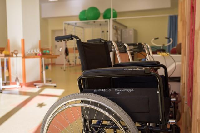 W Polsce obecnie niemal co czwarta osoba jest w wieku senioralnym, co trzecia potrzebuje pomocy w różnych, nawet tych podstawowych sferach życia codziennego lub wymaga bardziej specjalistycznej opieki. W 2050 roku aż 40% polskiego społeczeństwa będzie miało powyżej 60 lat.