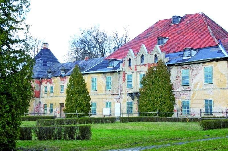 Pałac w Sztynorcie i wszystkie inne budynki noszą jeszcze oznaki dawnej świetności. Totalna dewastacja zostawiła po sobie smutne ślady. Pałac był własnością niemieckiego hrabiego, teraz remontem zajęli się także Niemcy.