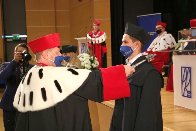 Rektor Piotr Koszelnik pasuje kolejnego studenta na uroczystości w Politechnice Rzeszowskiej w Rzeszowie