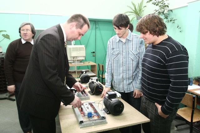 Francuz Nikola (z prawej) i Łukasz z Zespołu Szkół Technicznych wykonują projekt sterowanego oświetlenia klatki schodowej bloku.