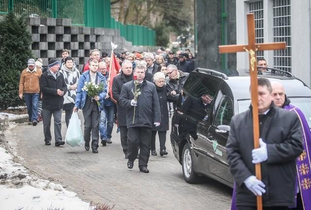 Henrykowi Życie w ostatniej drodze towarzyszyli rodzina oraz przyjaciele i kibice Wybrzeża Gdańsk
