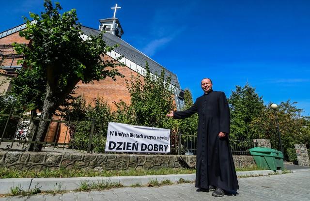Jeden z banerów promujący akcję księdza Wasilewskiego zawisł oczywiście przy kościele