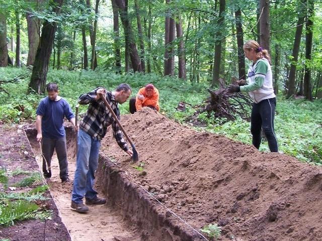 W okolicach Długiego kopało kilku archeologów z Muzeum Pojezierza Myśliborskiego. Udało im się potwierdzić, że nad jeziorami istniał gród.