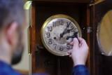 Zmiana czasu na zimowy 2020. Kiedy przestawiamy zegarki? [ZMIANA CZASU JESIEŃ 2020, KIEDY ZMIANA CZASU NA ZIMOWY? ZMIANA CZASU 2020]