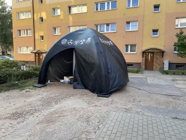 Na poznańskim Grunwaldzie straż pożarna prowadzi działania rozpoznawcze w związku ze znalezieniem chemikaliów. Chemikalia znajdowały się w śmietniku, a część w budynku mieszkalnym.