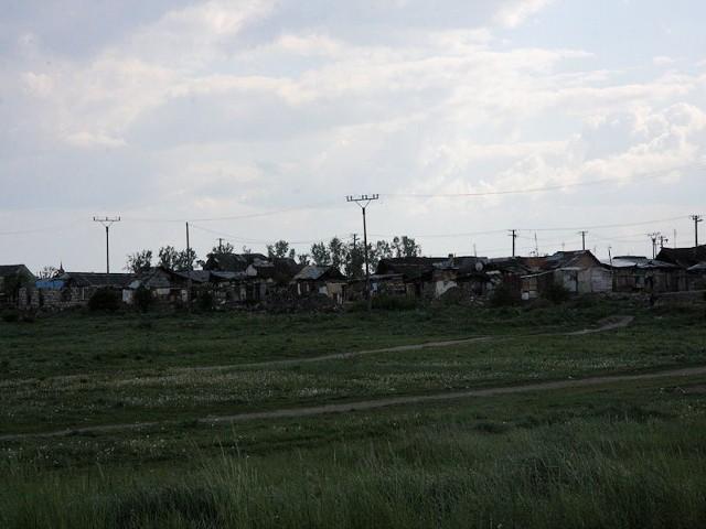 Getto cygańskie około 15 km za Koszycami w kierunku Węgier. Zdjęcie bezpiecznie można zrobić tylko z daleka.