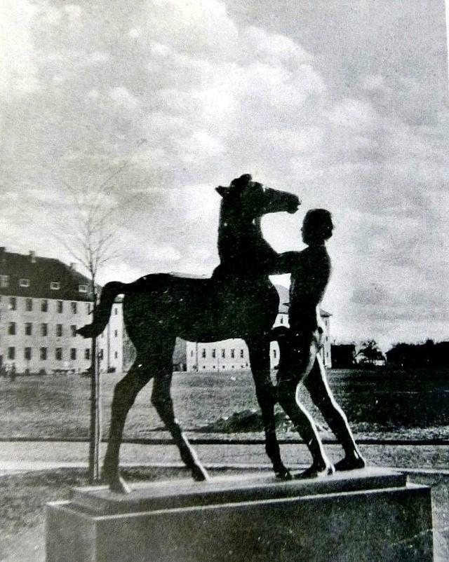 Tak wyglądała rzeźba, kiedy jeszcze stała w Krośnie Odrzańskim.