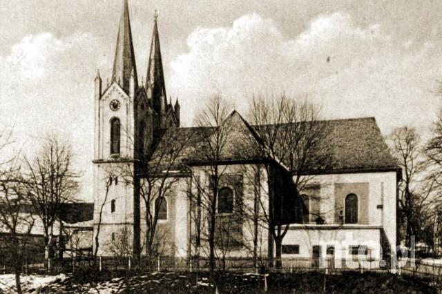 Ujazd na tle innych miast wyróżniał fakt, że miast miało aż dwa kościoły. Pierwsza świątynia św. apostoła Andrzeja była wzmiankowana już w 1145 r. Wiąże się z nią ciekawa leganda, która była powstarzana przez miejscowych aż do 1945 r. Mieszkańcy opowiadali, że gdy w kwietniu 1785 r. odbywałą się uroczystość pogrzebowa śląskiego bohatera generała von Cosel ludzie widzieli na niebie zjawy żołnierzy, którzy przyszli oddać hołd swojemu dowódcy.