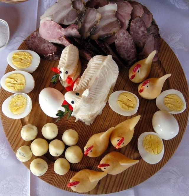 Przyrządzając jajka faszerowane, nadzienie wystarczy przygotować z rozgniecionych, ugotowanych na twardo jajek z dodatkiem koperku, szczypiorku lub pietruszki. Masa będzie miała odpowiednią konsystencję, więc nie ma potrzeby dodatkowo łączyć jej masłem.