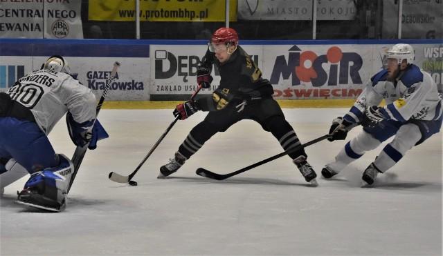 Ekstraklasa hokeja: Re-Plast Unia Oświęcim - Comarch Cracovia 4:5. Na zdjęciu: Damian Kapica, bohater krakowian z pierwszej tercji, w ataku na bramkę Clkarke'a Saundersa.