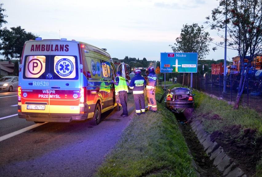 Na drodze krajowej nr 77 w Żurawicy kierująca BMW wypadła z drogi. W samochodzie były dzieci [ZDJĘCIA]