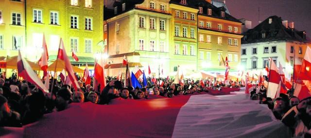Wieczorem na Krakowskim Przedmieściu w Warszawie pod Pałacem Prezydenckim odbył się wiec upamiętniający ofiary katastrofy prezydenckiego samolotu