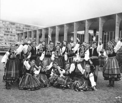 """""""Mazowsze"""" to stuosobowa grupa artystów, 8 ton bagażu, 1500 kostiumów, 60 lat doświadczenia. """"Mazowsze"""" to 2,3 mln przejechanych kilometrów i 17 mln widzów. To koncerty w 168. miejscach Polski, to 213 tournée zagraniczne i ponad 6,5 tys. koncertów."""