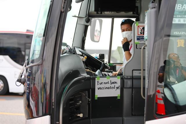 """""""Nie jestem jeszcze zaszczepiony"""" - ostrzega kierowca autobusu, wożącego przedstawicieli mediów."""