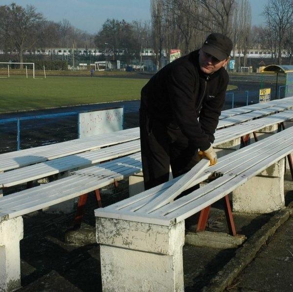 Na stadionie od dwóch lat nic się nie zmieniło, poza tym, że z jednej z trybun zniknęły już ławki.