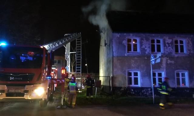 """W dniu dzisiejszym (22 listopada) około godziny 17:00 dyżurny straży pożarnej otrzymał wiadomość o wydobywającym się gęstym dymie z wielorodzinnej kamienicy mieszczącej się przy ul. Bałtyckiej.Przybyli na miejsce strażacy stwierdzili, że ogniem zajęło się mieszkanie na poddaszu budynku. Wszyscy mieszkańcy kamienicy zostali ewakuowani do podstawionego autobusu MZK.Wstępnie ustalono, że do pożaru mogło dojść z powodu wadliwej instalacji elektrycznej.<script async defer class=""""XlinkEmbedScript"""" data-width=""""640"""" data-height=""""360"""" data-url=""""//get.x-link.pl/9f3a230b-0914-9c6f-c747-76a666e94951,30711e50-acb2-6db0-a942-34d4f62ee4ac,embed.html"""" type=""""application/javascript"""" src=""""//prodxnews1blob.blob.core.windows.net/cdn/js/xlink-i.js?v1""""></script>"""