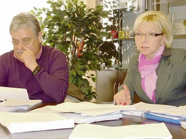 Halina Szyposz, przewodnicząca komisji gospodarki żądała wyjaśnień, dotyczących nadwyżki w zakładzie budżetowym. Obok niej radny Stanisław Piniuta.