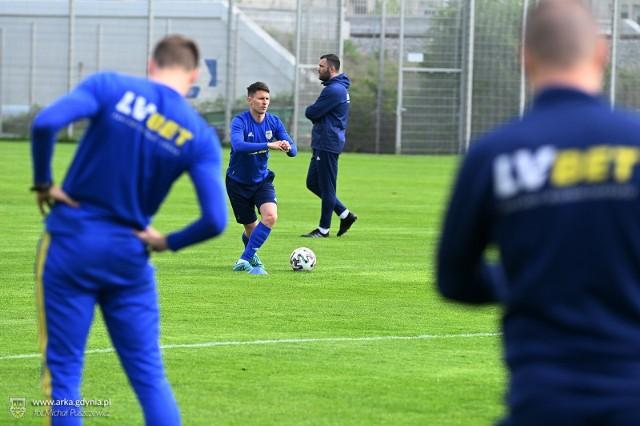 Piłkarze Arki Gdynia podczas piątkowego treningu w podgrupach na bocznej płycie Gdyńskiego Centrum Sportu
