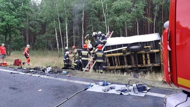 Pod Solcem kierowca osobowego forda, wyprzedzając sznur pojazdów zderzył się czołowo z samochodem dostawczym