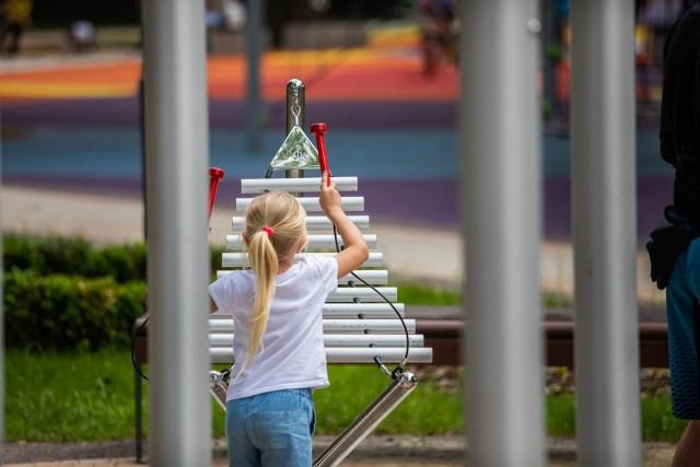 Integracyjny plac zabaw w Bielsku-Białej przy ul. Broniewskiego i Zielonej to obecnie jedna z wizytówek miasta. Przesuwaj gestem lub za pomocą strzałki, by zobaczyć kolejne zdjęcie