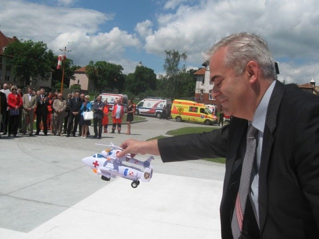 Podczas uroczystości Anna Michalczuk, starosta powiatu żagańskiego wręczyła w prezencie S. Gaikowi małe modele sanitarnych maszyn- śmigłowca i samolotu. Marek Femlak zastępca dyrektora 105. szpitala wojskowego wykonał symboliczne lądowanie