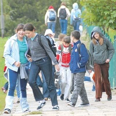 Żeby dotrzeć na lekcje, dzieci nieraz muszą pokonać kilka kilometrów – pieszo i gimbusem. Zdarza się, że na gimbus muszą czekać kilka godzin. To nie jest bezpieczne.
